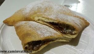 panzerotti baresi fritti ripieni di nutella - ricette dolci bari puglia