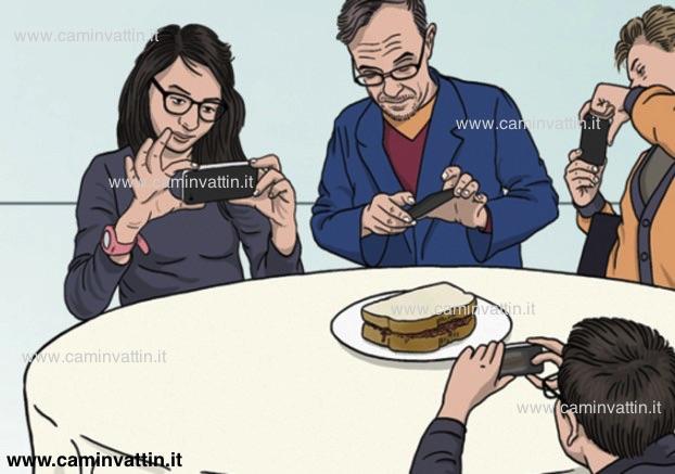 smartphone a tavola fotografare cibo