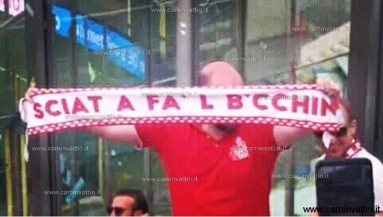 Un tifoso del Bari con una sciarpa un po' particolare