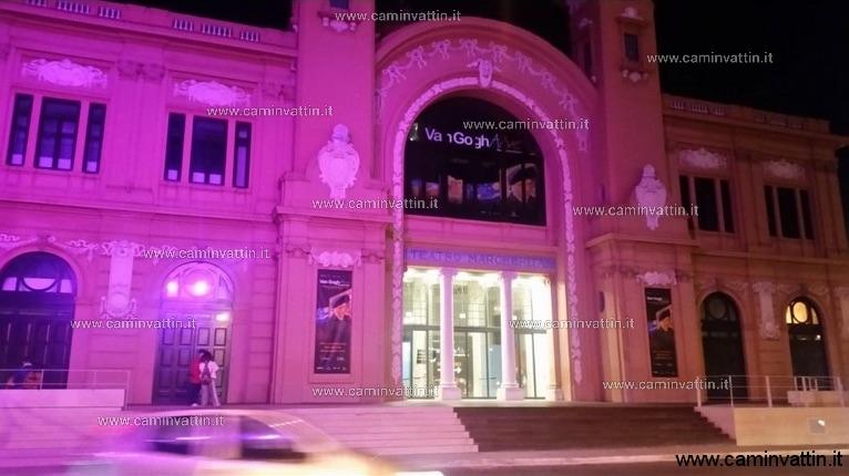 La Credenza Bari : Il teatro margherita di bari illuminato viola per la giornata